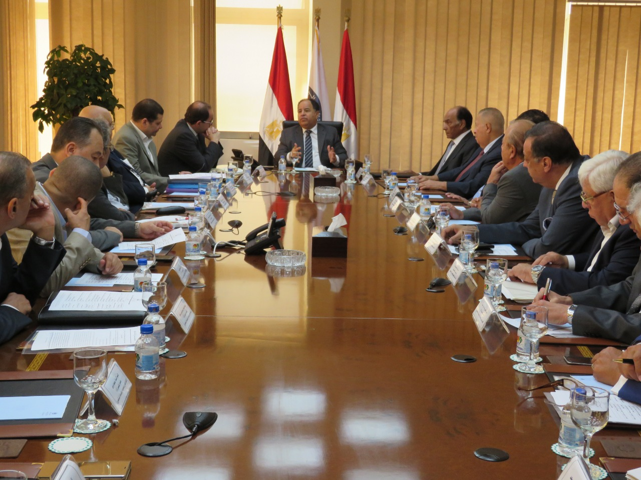 وزير المالية ومحمد فريد خميس خلال الاجتماع