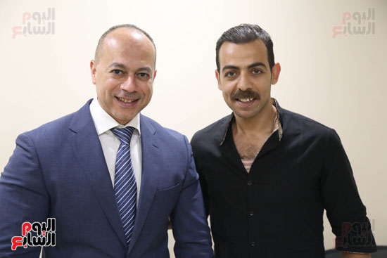 أعضاء الفرقة يلتقطون صورا مع تامر مرسى