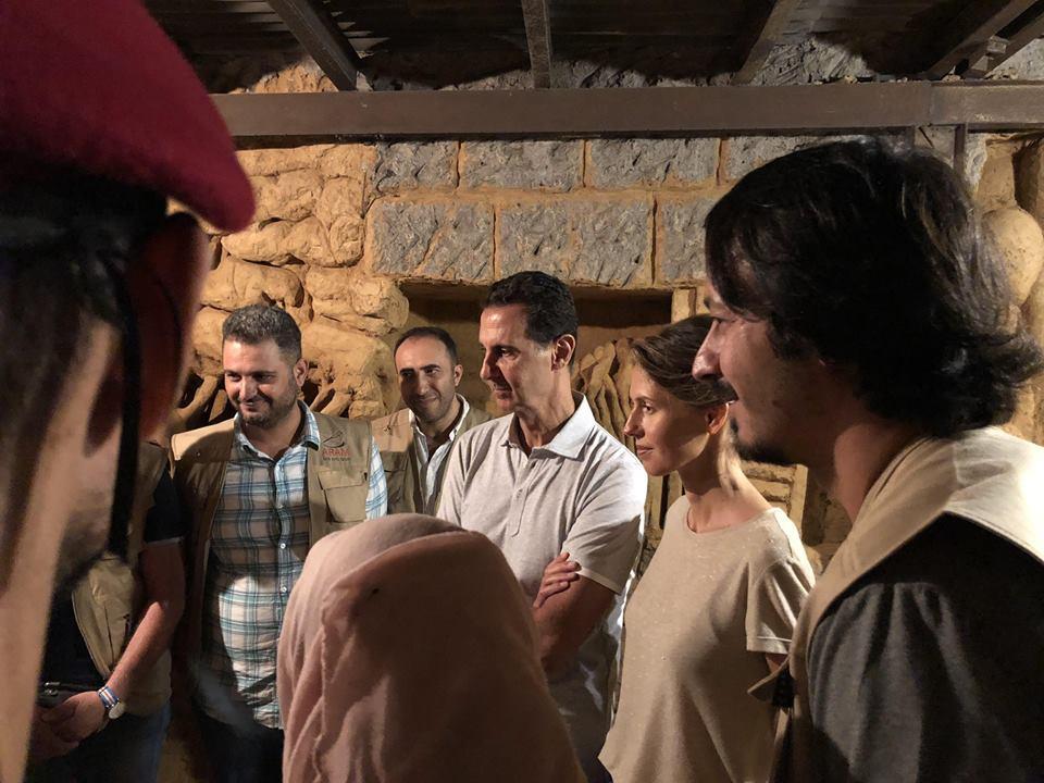 الأسد وزوجته يستمعان للشرح داخل النفق