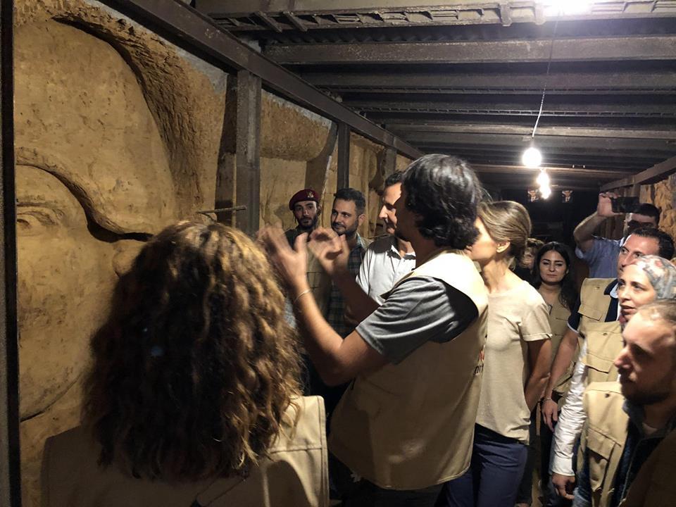 فنان سورى يشرح للرئيس الأسد المنحوتات