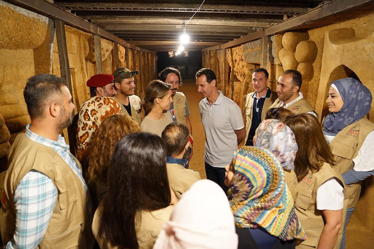 بشار الأسد وزوجته داخل النفق لمشاهدة المنحوتات