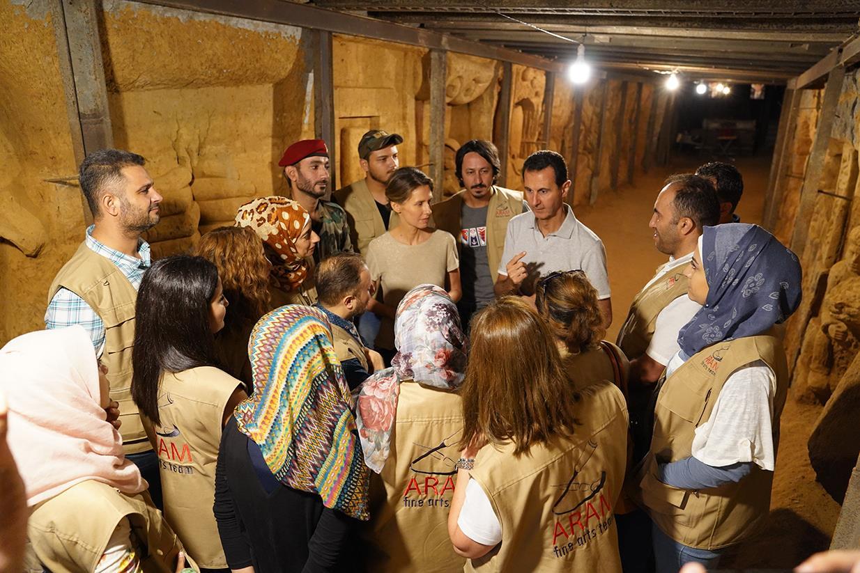 بشار الأسد يتحدث مع الفنانيين السوريين داخل النفق المحرر