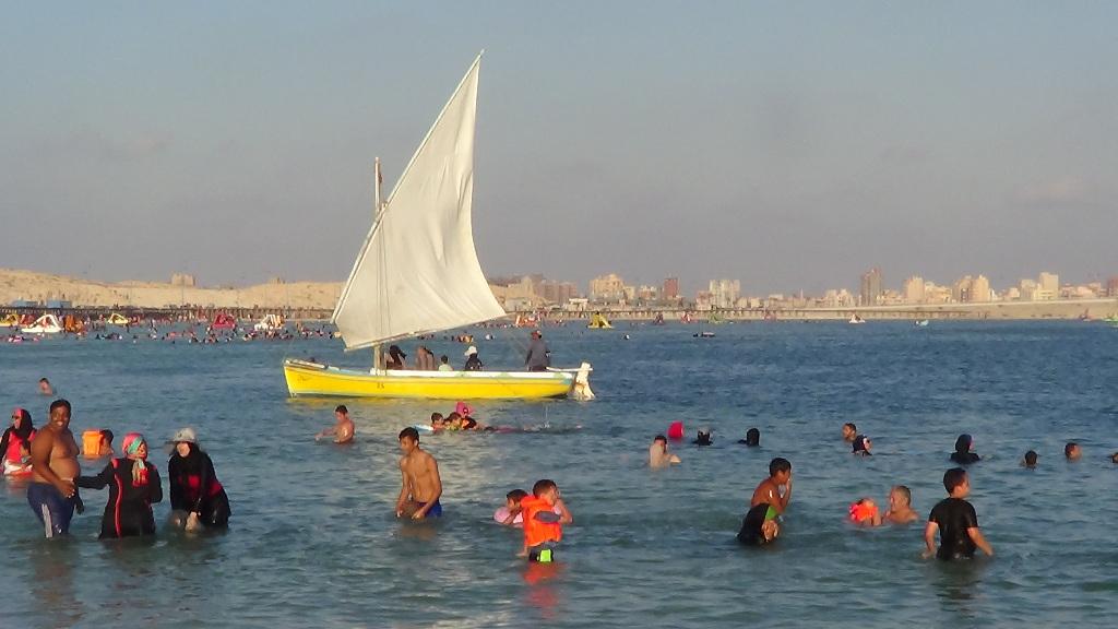 معظم الشواطئ ليست عميقة وتناسب الكبار والصغار