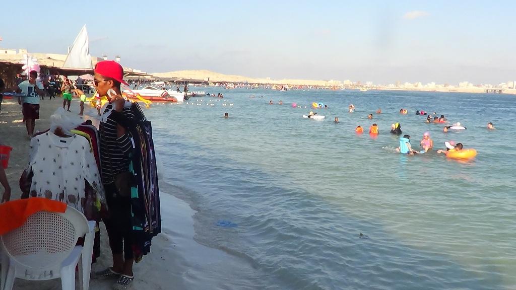الباعة يعرضون بضائعهم على المصطافين بشواطئ مطروح