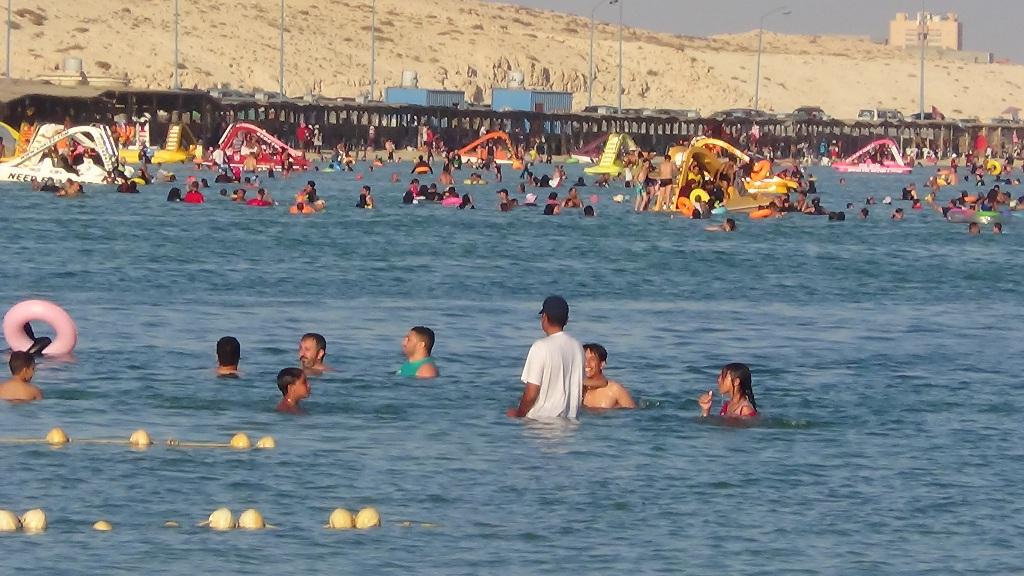 صورة من داخل البحر تظهر الزحام على شواطئ مرسى مطروح