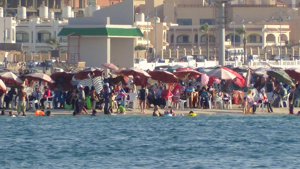 إقبال المصطافين وزحام على شواطئ مطروح