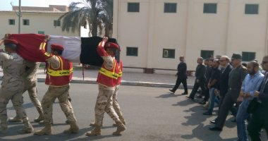 محافظ القاهرة يتقدم جنازة شهيد من أبناء القوات المسلحة