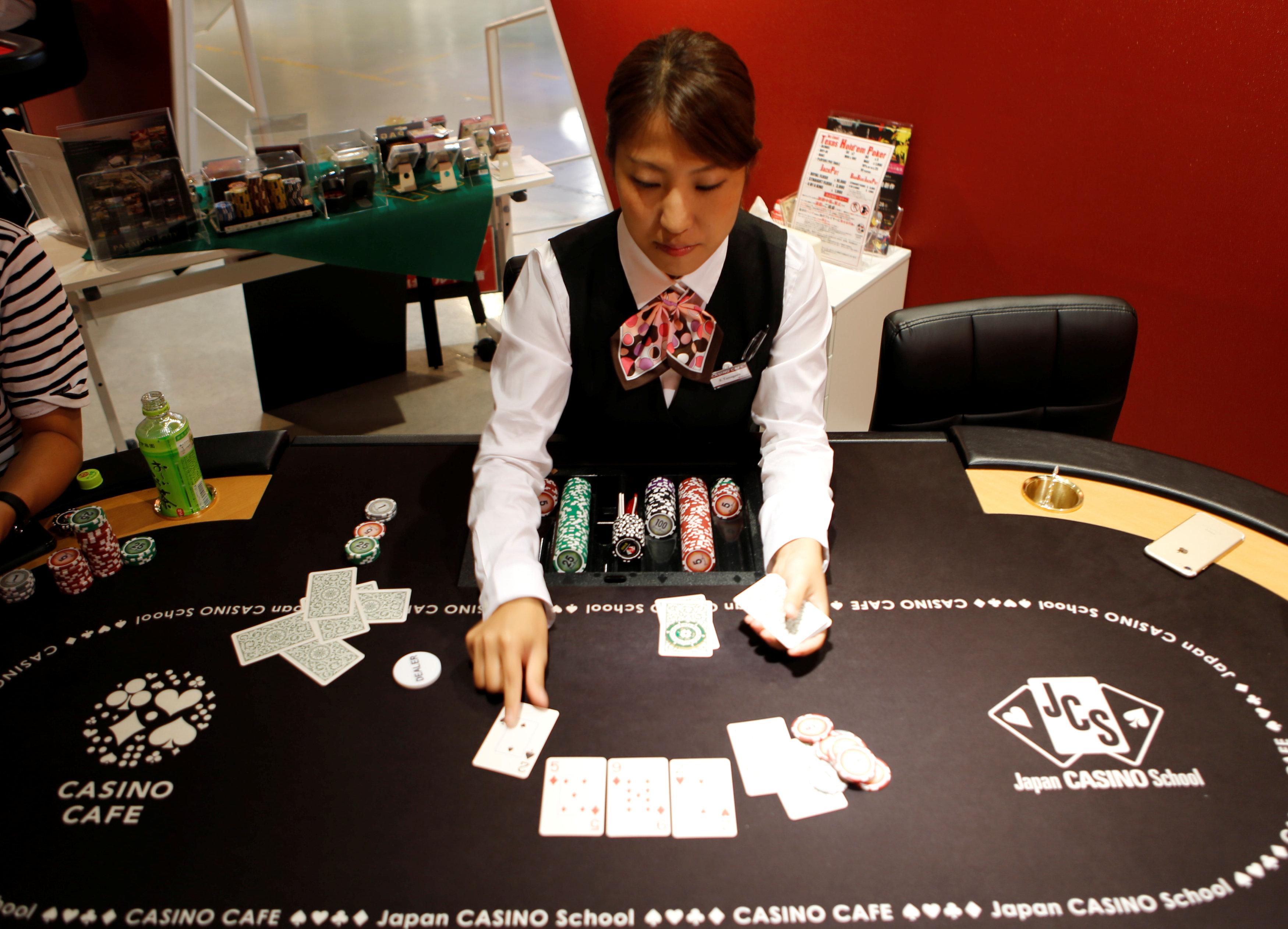 إحدى الطالبات اليابانيات بمدرسة لتعليم القمار