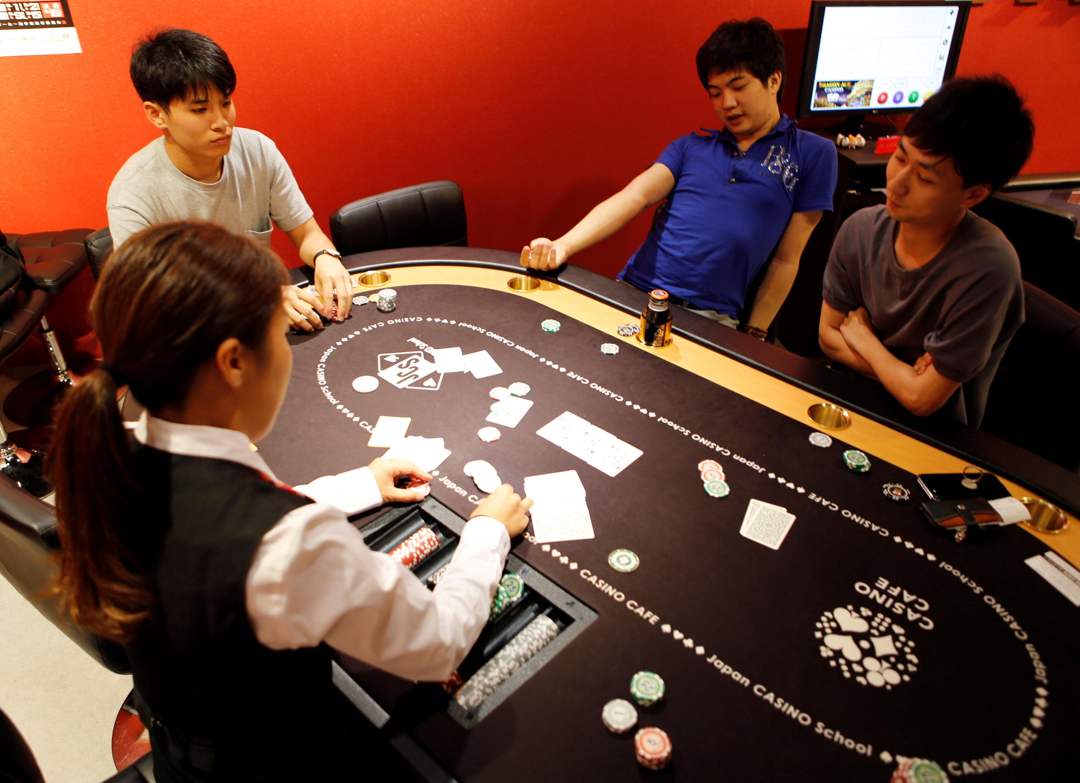 طلاب أثناء تعلمهم كيفية لعب القمار