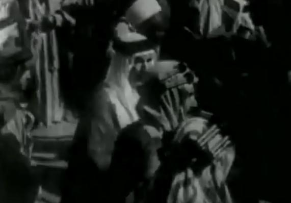 خلال الصورة يظهر أمير البحرين آنذاك ومعه كبار رجال الدولة السعودية أثناء طوافهم حول الكعبة