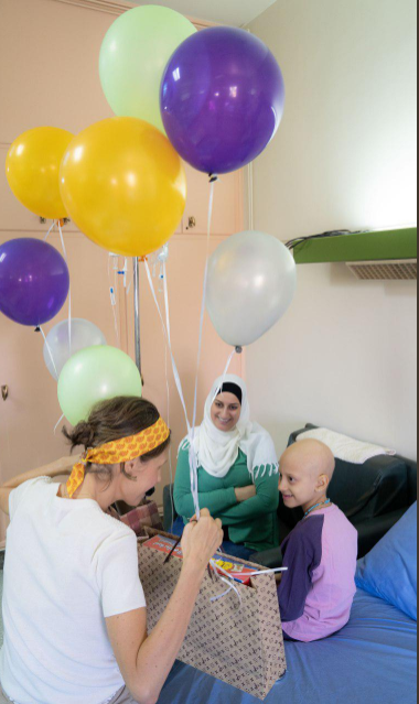 c85d4ce6f9805 أسماء الأسد تقضى أول أيام العيد مع أطفال مصابين بالسرطان لدعمهم ...