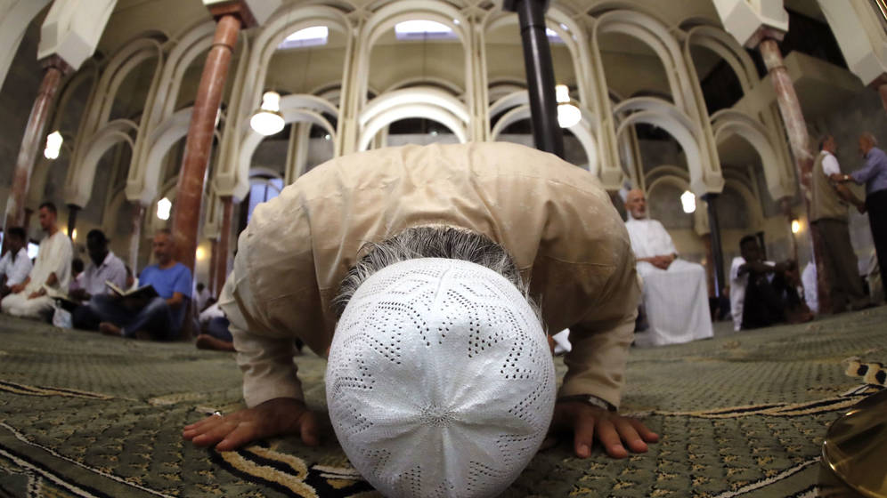 مسلمون يصلون فى مسجد فى المركز الاسلامى فى مديد ، الاكبر فى اسبانيا