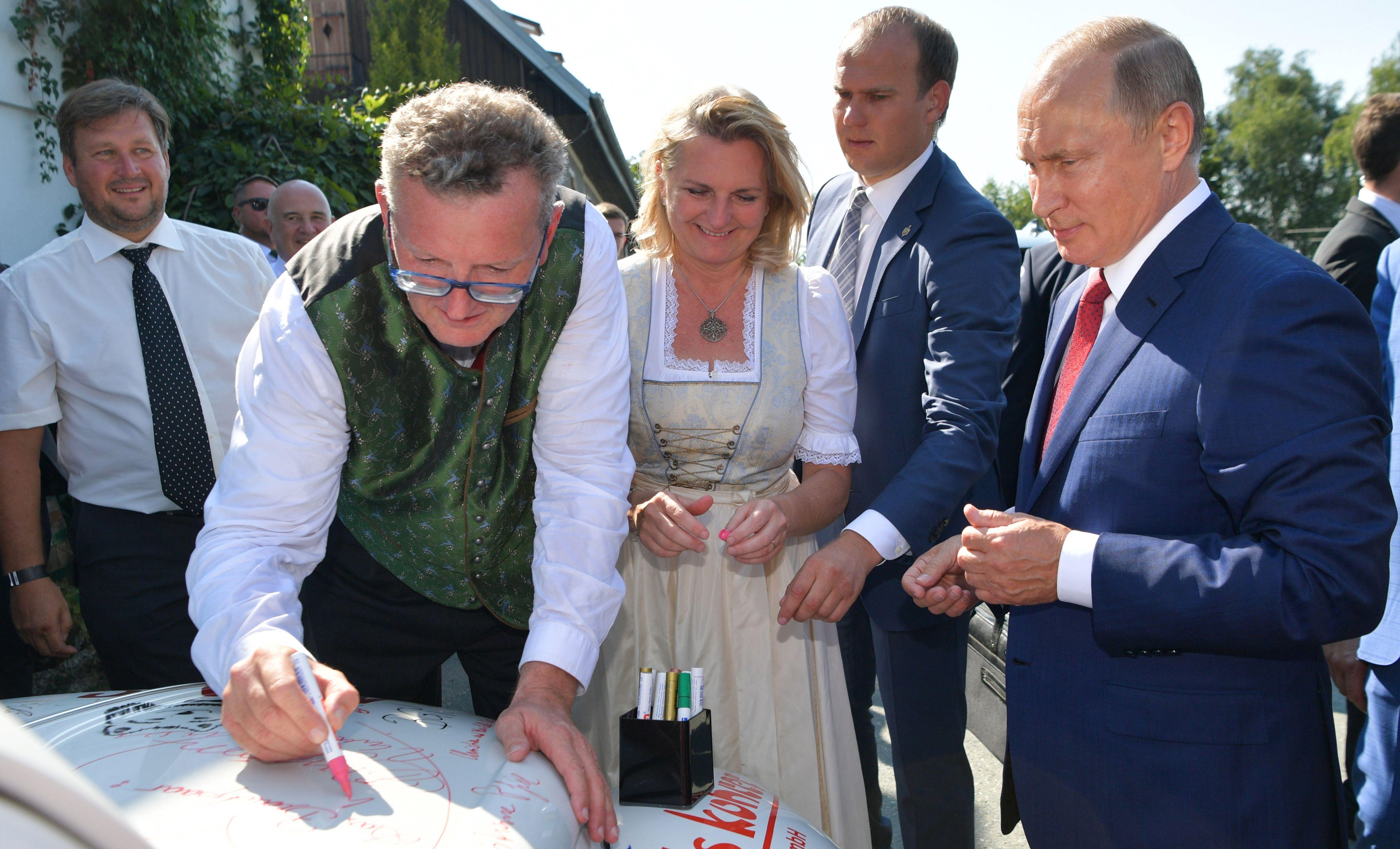وزيرة خارجية النمسا تقف بجوار بوتين