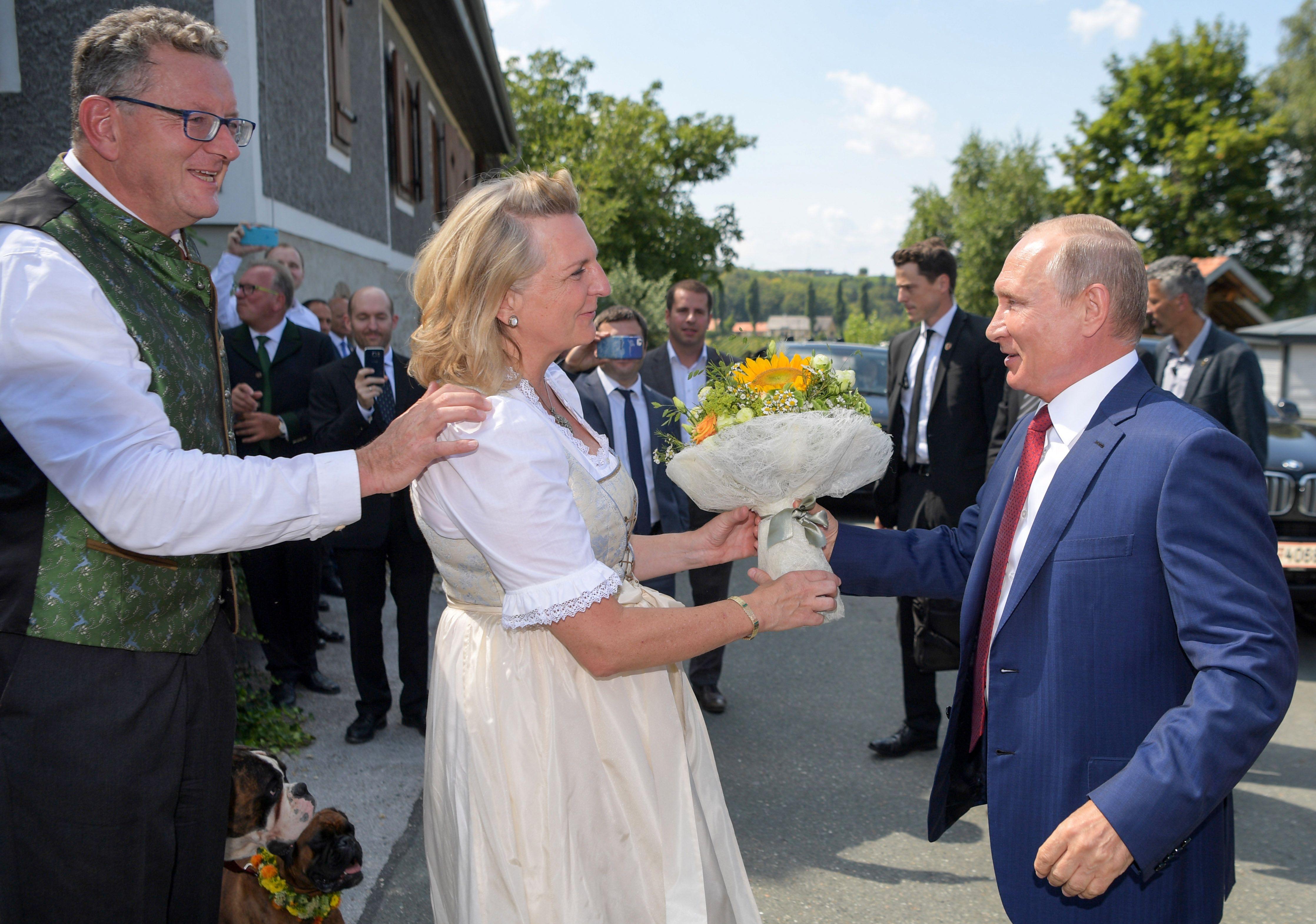 وزيرة خارجية النمسا تقدم الورد لبوتين