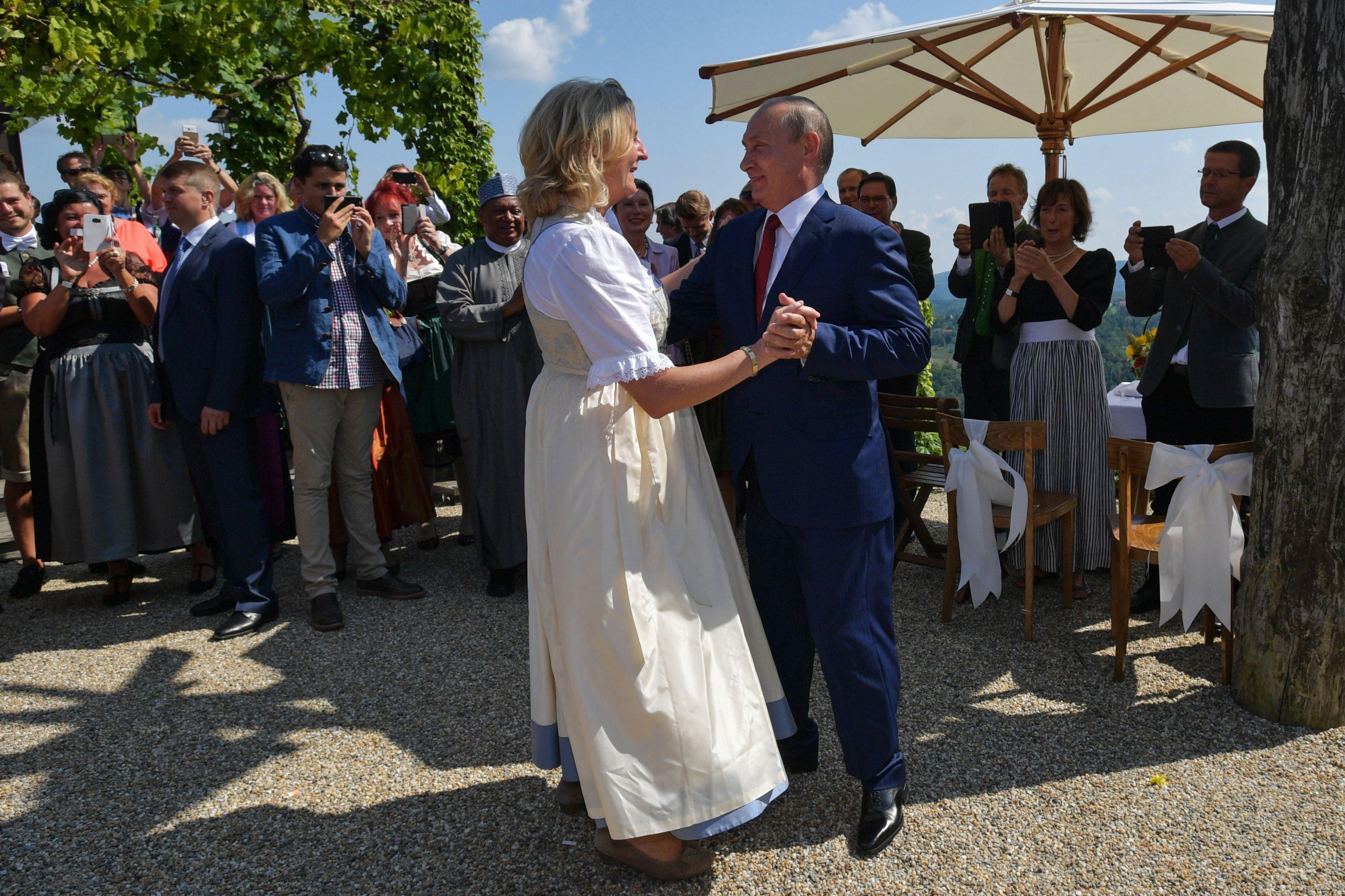 وزيرة خارجية النمسا ترقص مع بوتين
