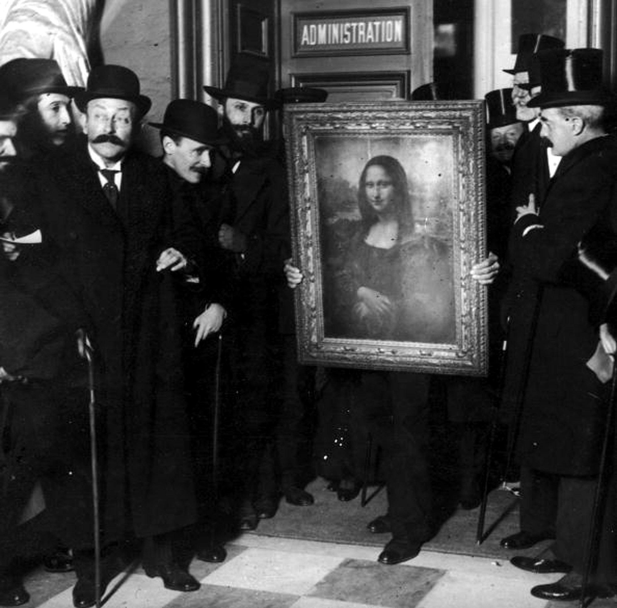 لوحة موناليزا بعد عودتها من إيطاليا بعد حادث سرقتها