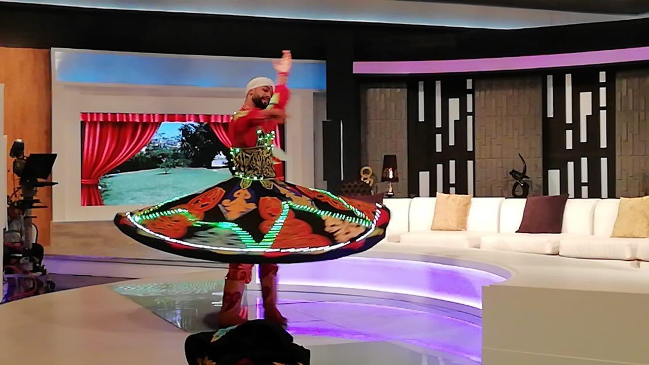 حمادة بكار يرقص بالتنورة