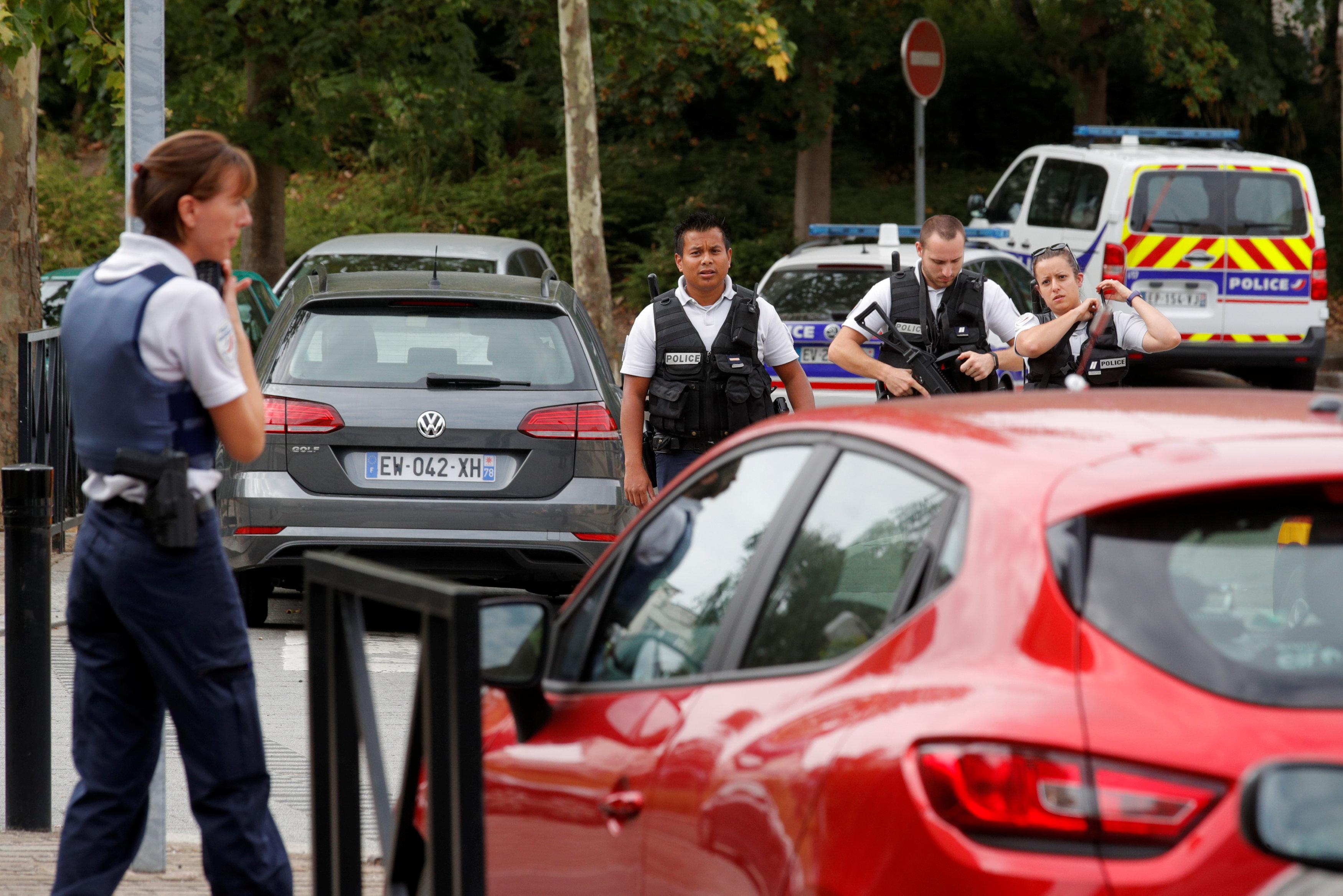 الشرطة الفرنسية تقوم باعمال التامين فى موقع الحادث