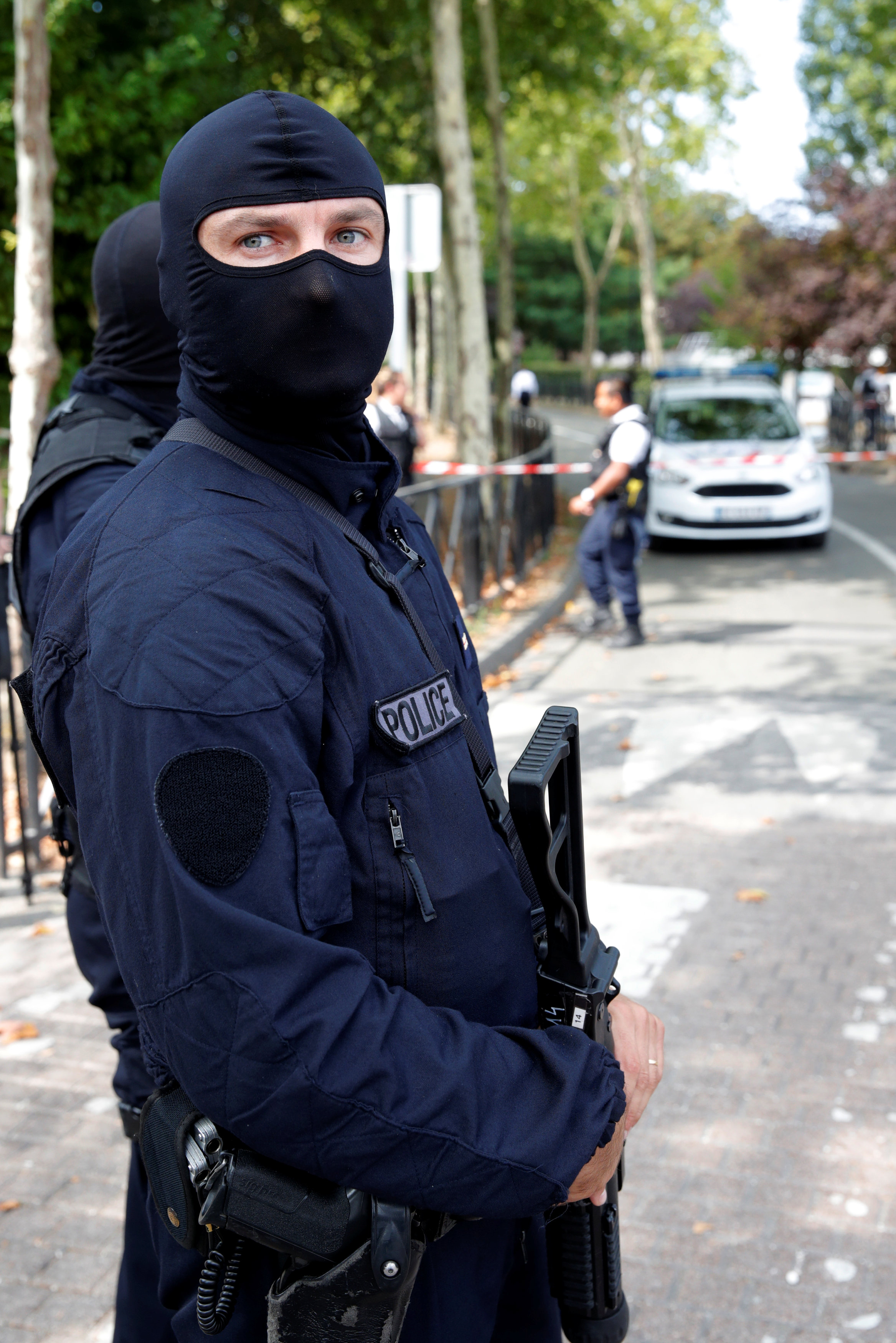شرطى فرنسى يقوم باعمال التامين