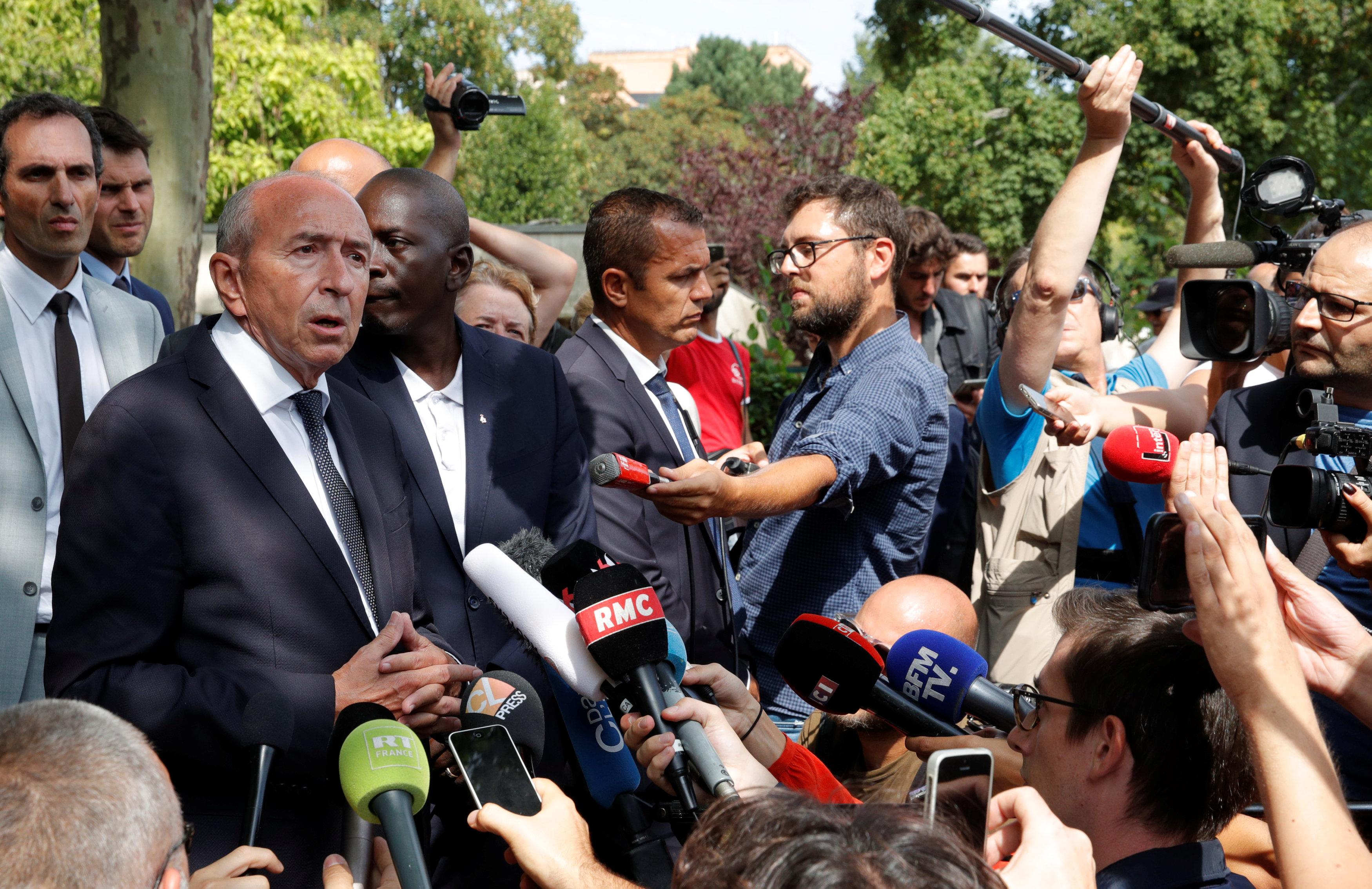 وزير الداخلية الفرنسي جيرارد كولومب يتحدث إلى الصحفيين  بالقرب من مكان الحادث