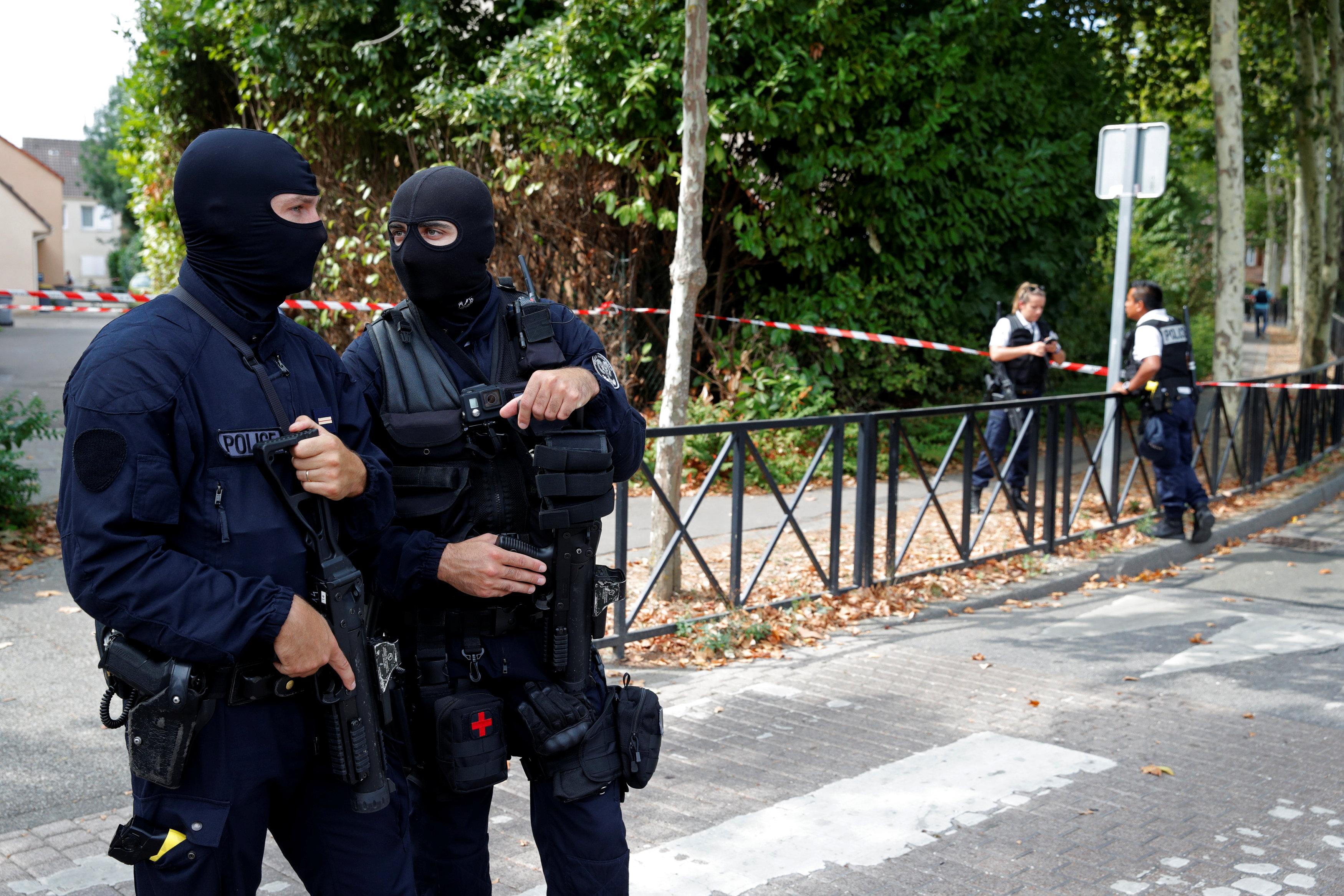 انتشار الشرطة الفرنسية فى موقع الحادث