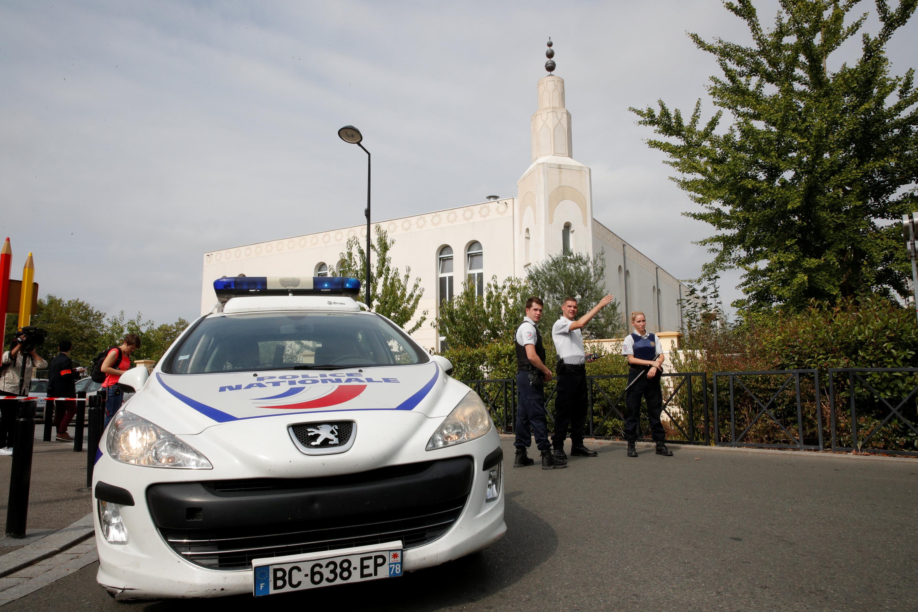 سيارات الشرطة الفرنسية فى موقع الحادث