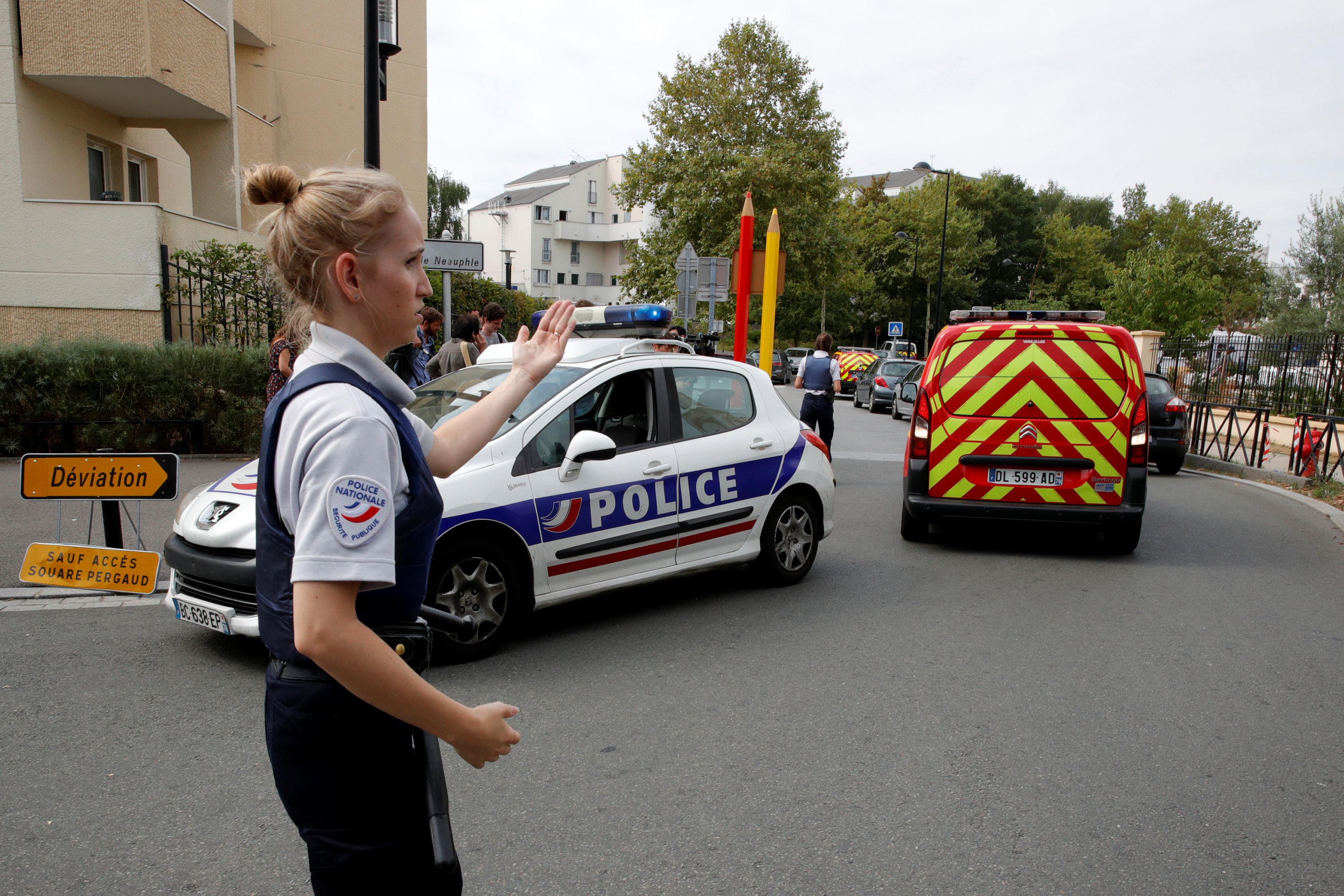 الشرطة الفرنسية تؤمن الشارع بعد قتل رجل شخصين في هجوم بسكين