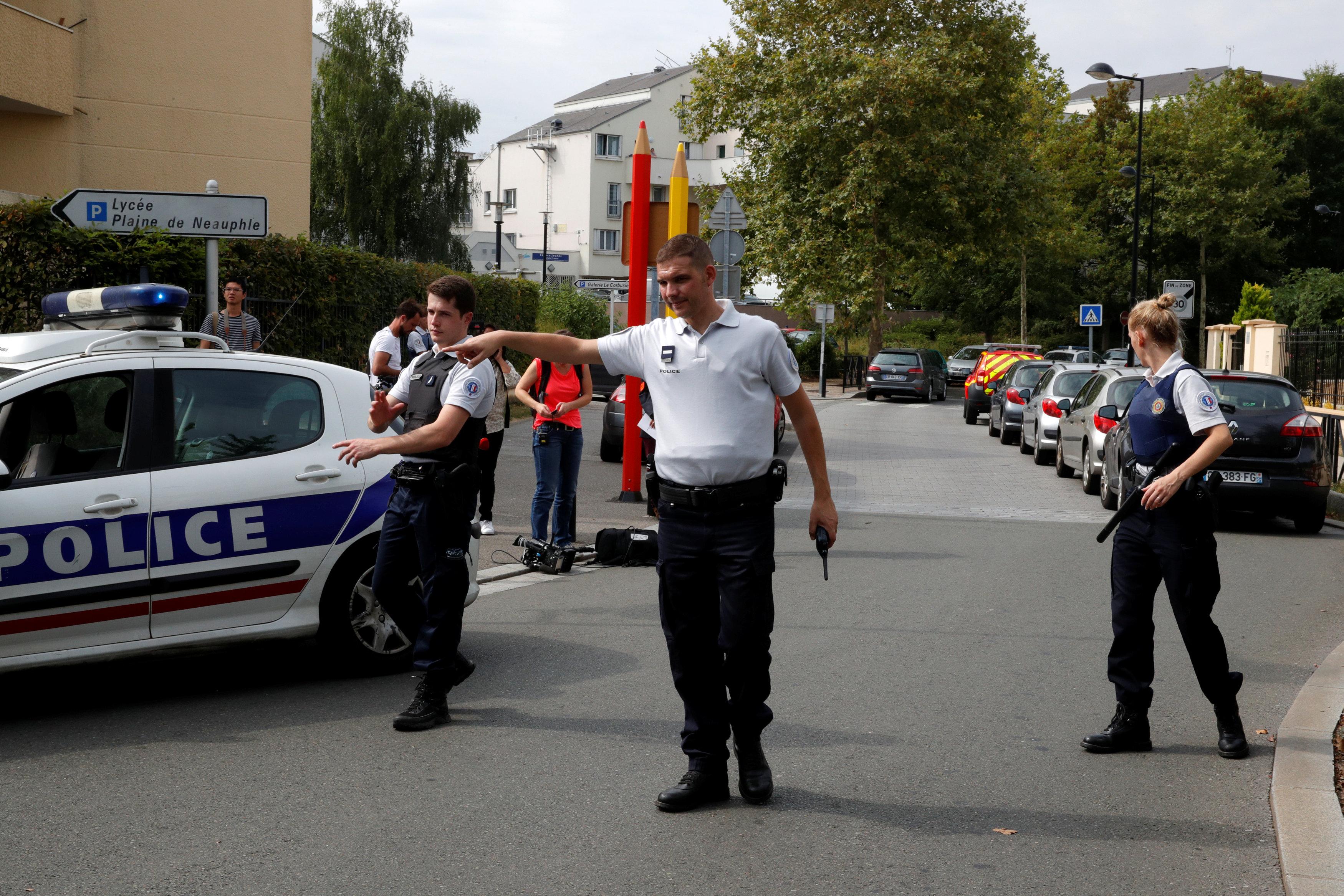 شرطى فرنسى يقوم بتعديل خط سير السيارات