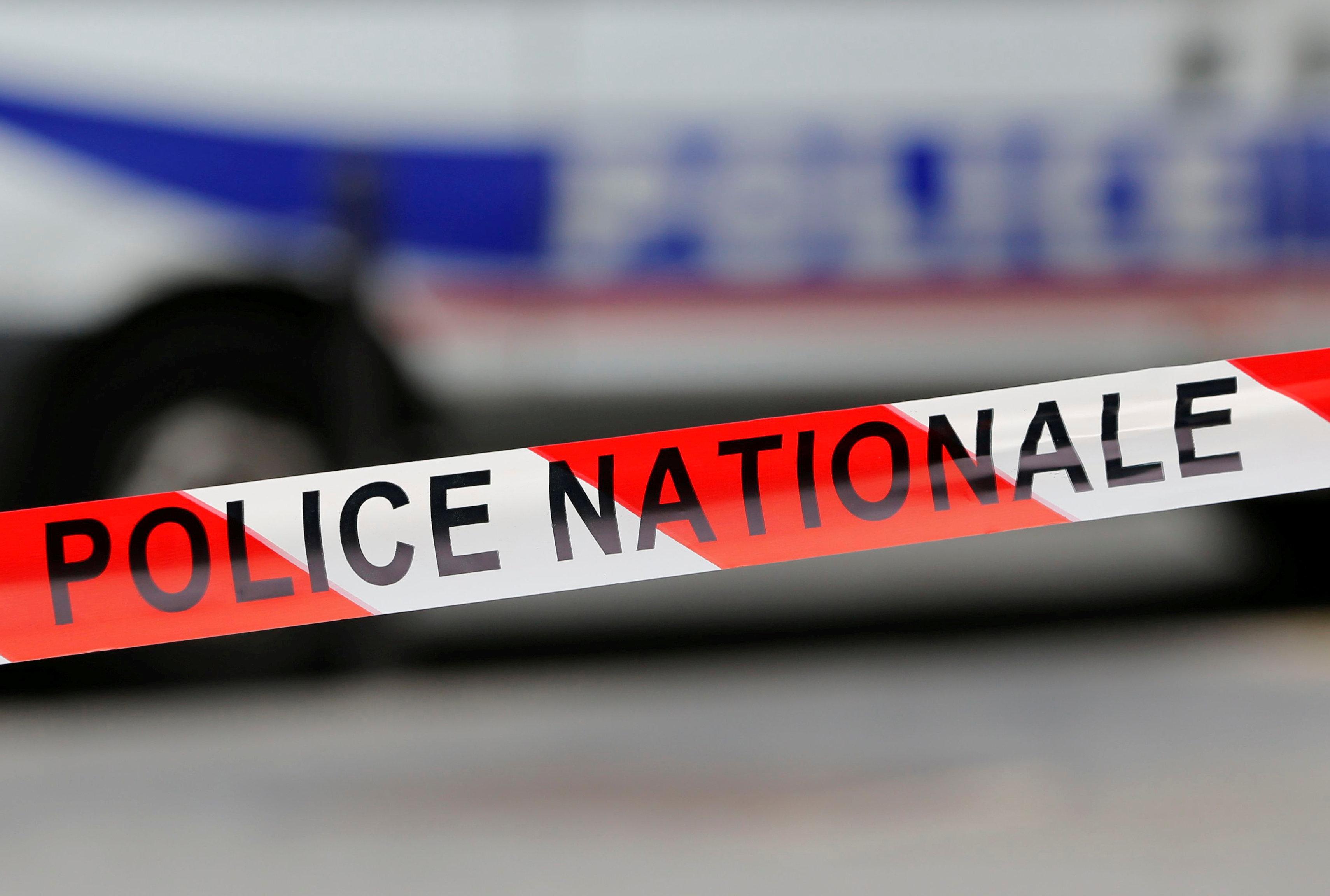 الشريط الأحمر والأبيض الذي تستخدمه الشرطة الوطنية الفرنسية يؤمن منطقة الحادث
