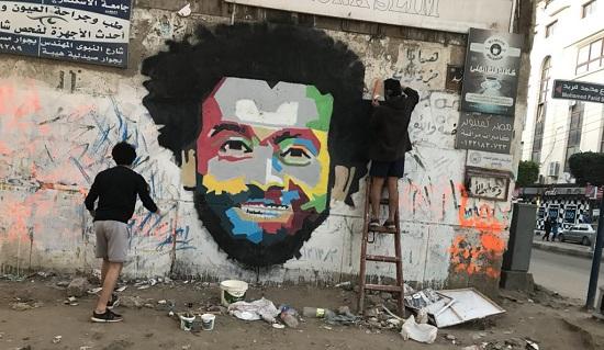 مصطفى أثناء عمله على جرافيتى محمد صلاح (4)