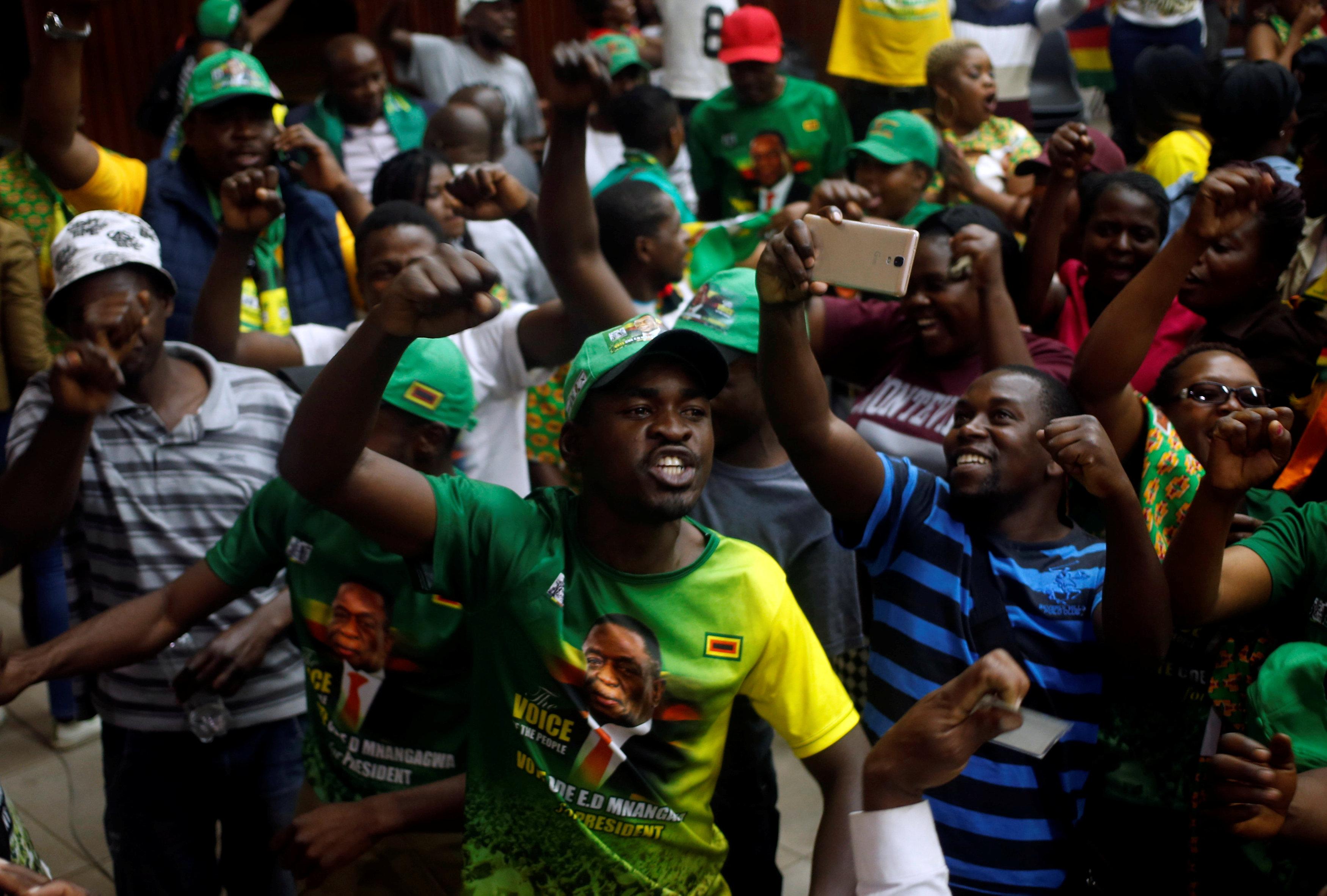 جانب من احتفالات أنصار رئيس زيمبابوى