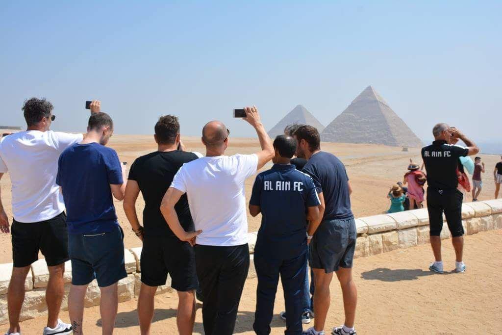 فريق العين يلتقط صور تذكارية للأهرام