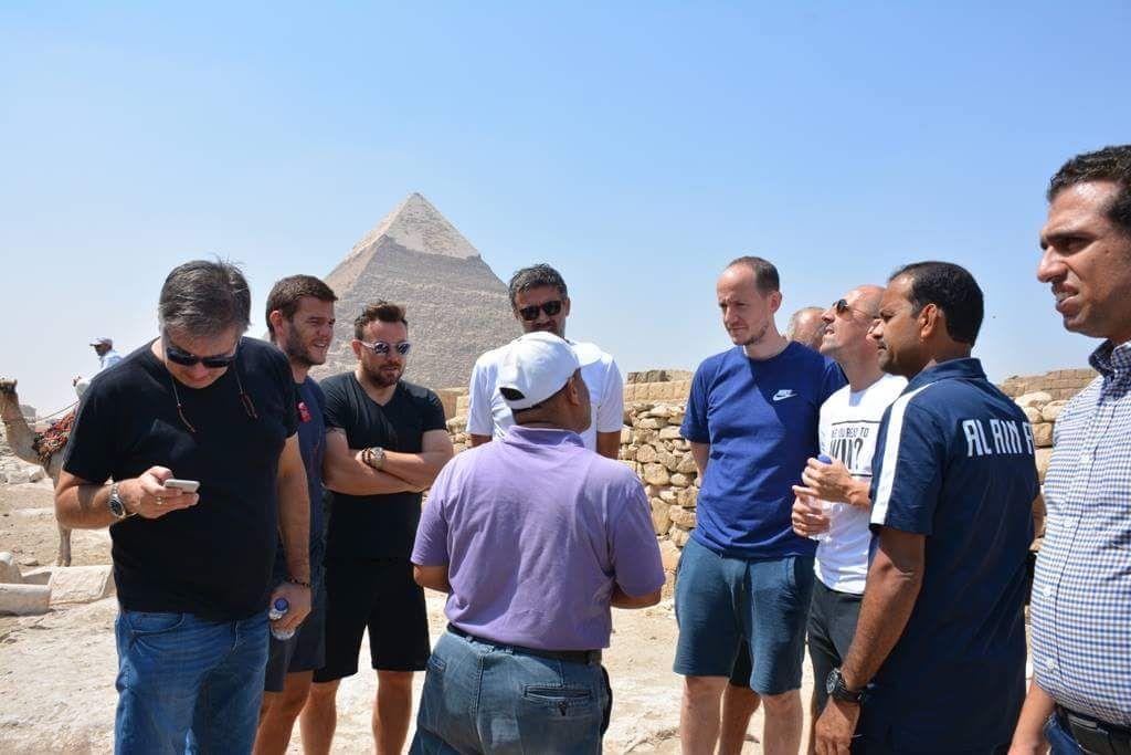 شرح لبناء الأهرامات لوفد فريق العين الإماراتي