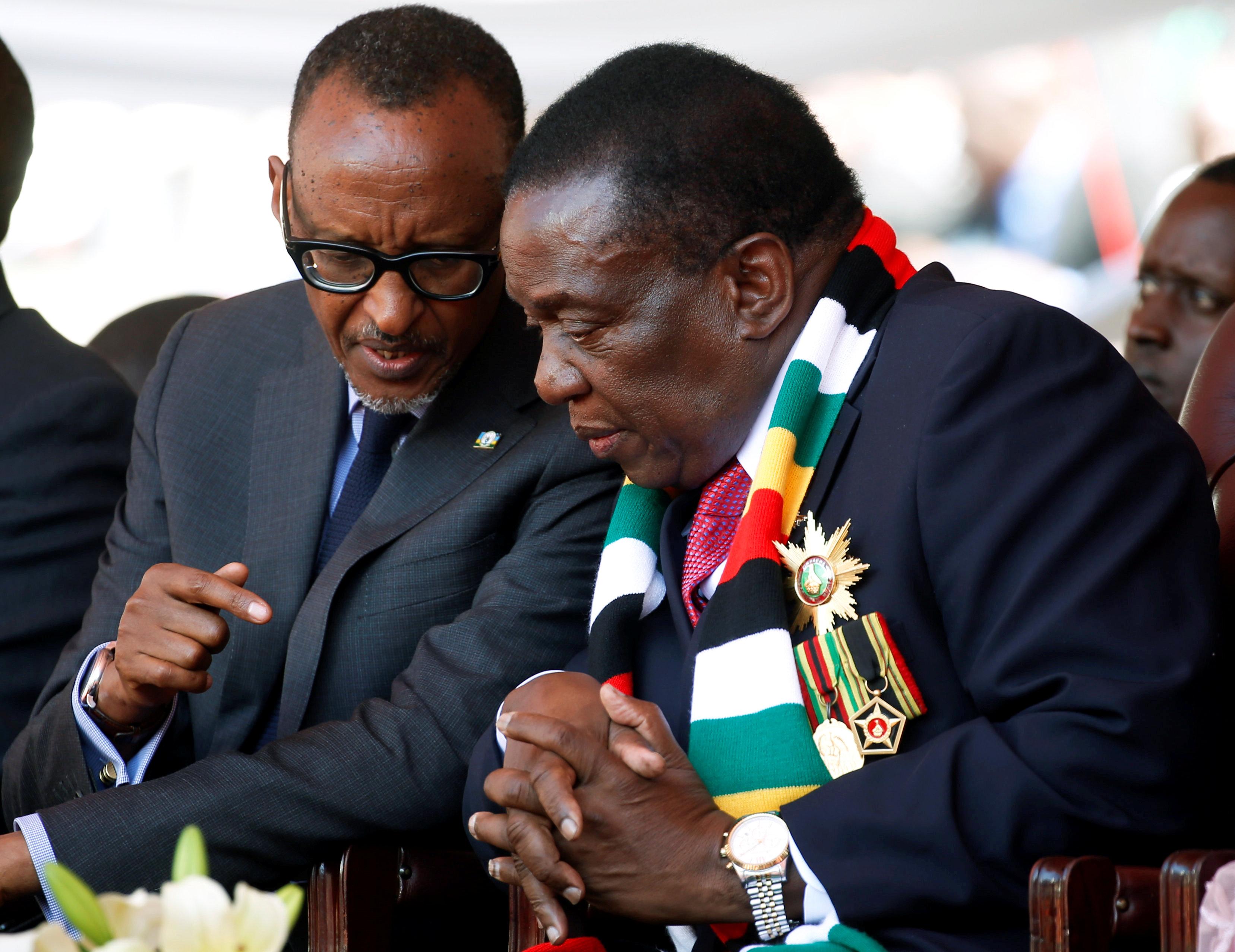 رئيس زيمبابوي يتحدث إلى الرئيس الرواندي خلال مراسم التنصيب