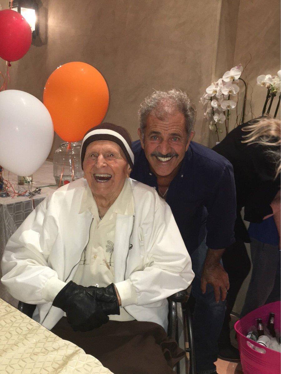 ميل جيبسون يحتفل بعيد ميلاد والدة ال100 (3)