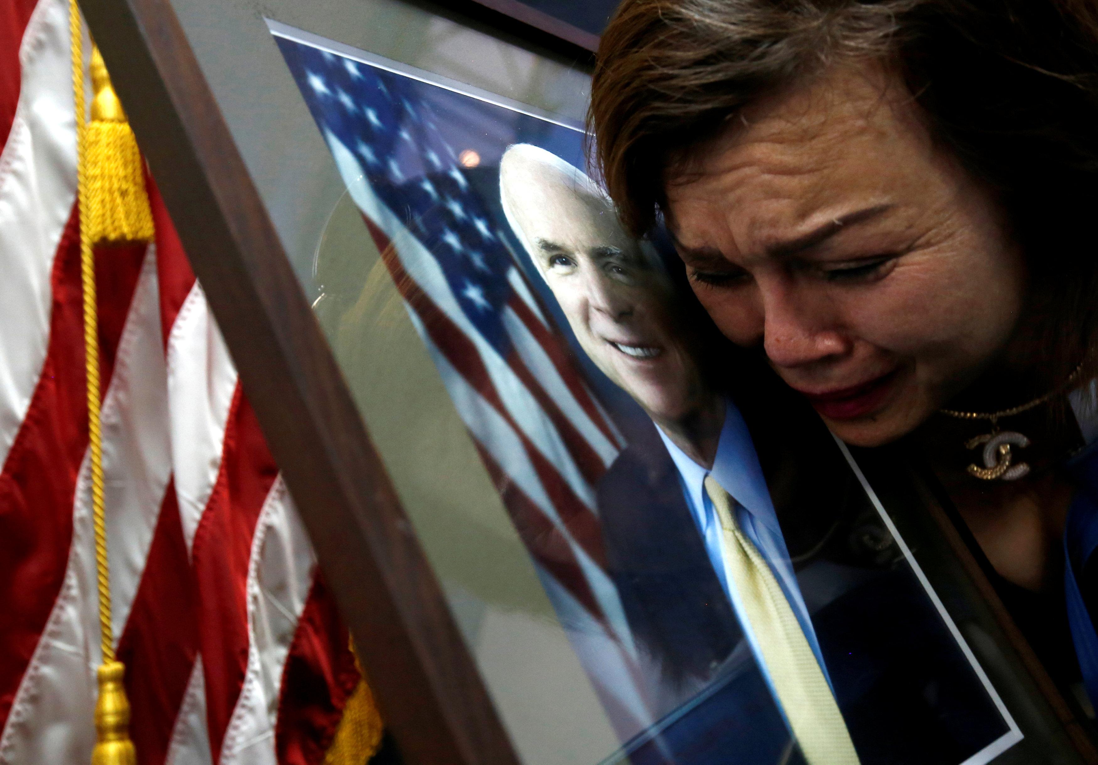 بكاء بين مسؤولى السفارة بعد وفاة ماكين
