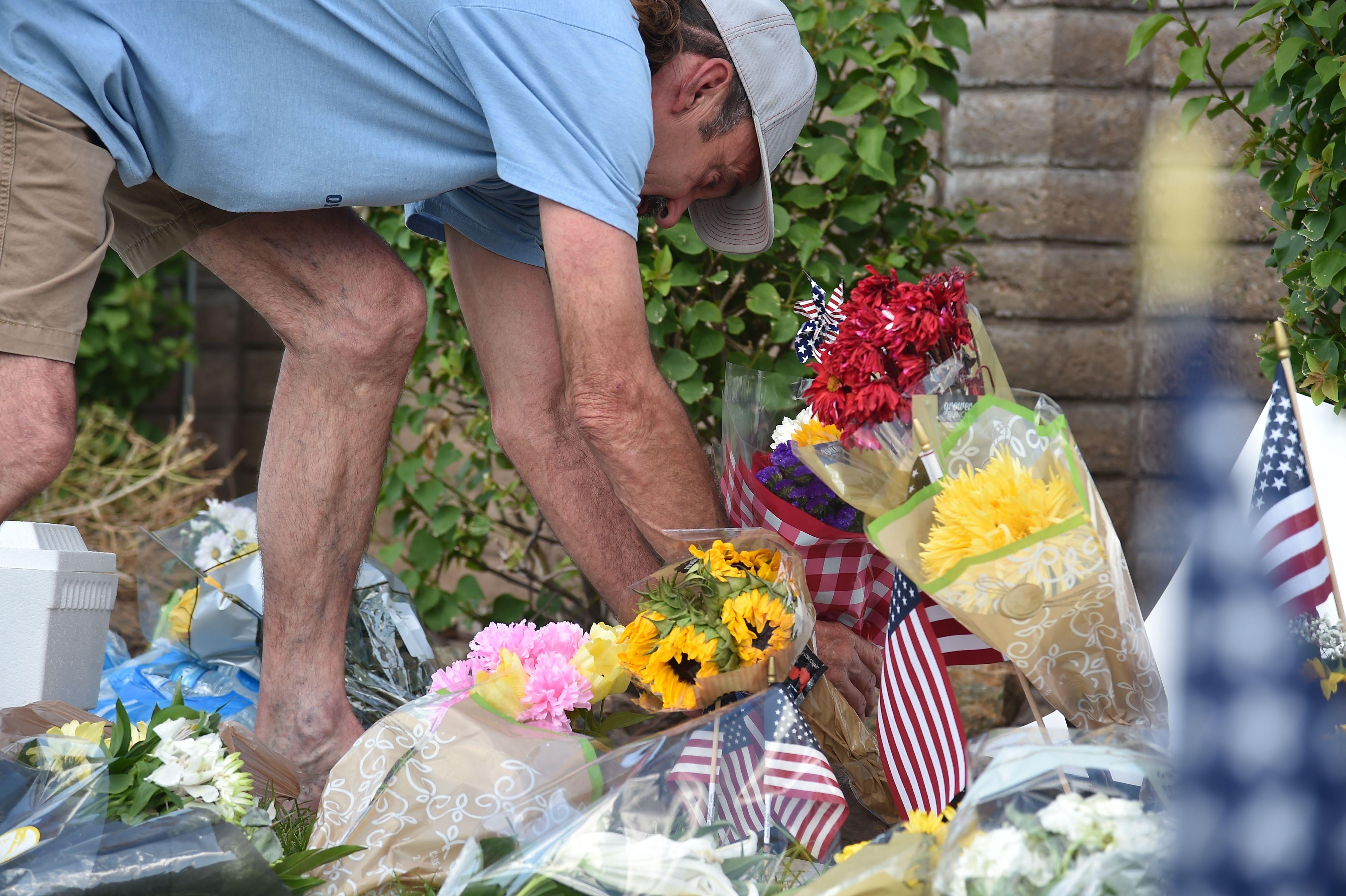 رجل يضع الورد خلال توديع ماكين