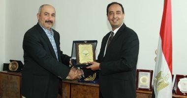تسليم الدرع للدكتور أحمد الشطي المتحدث الرسمي باسم وزارة الصحة الكويتية