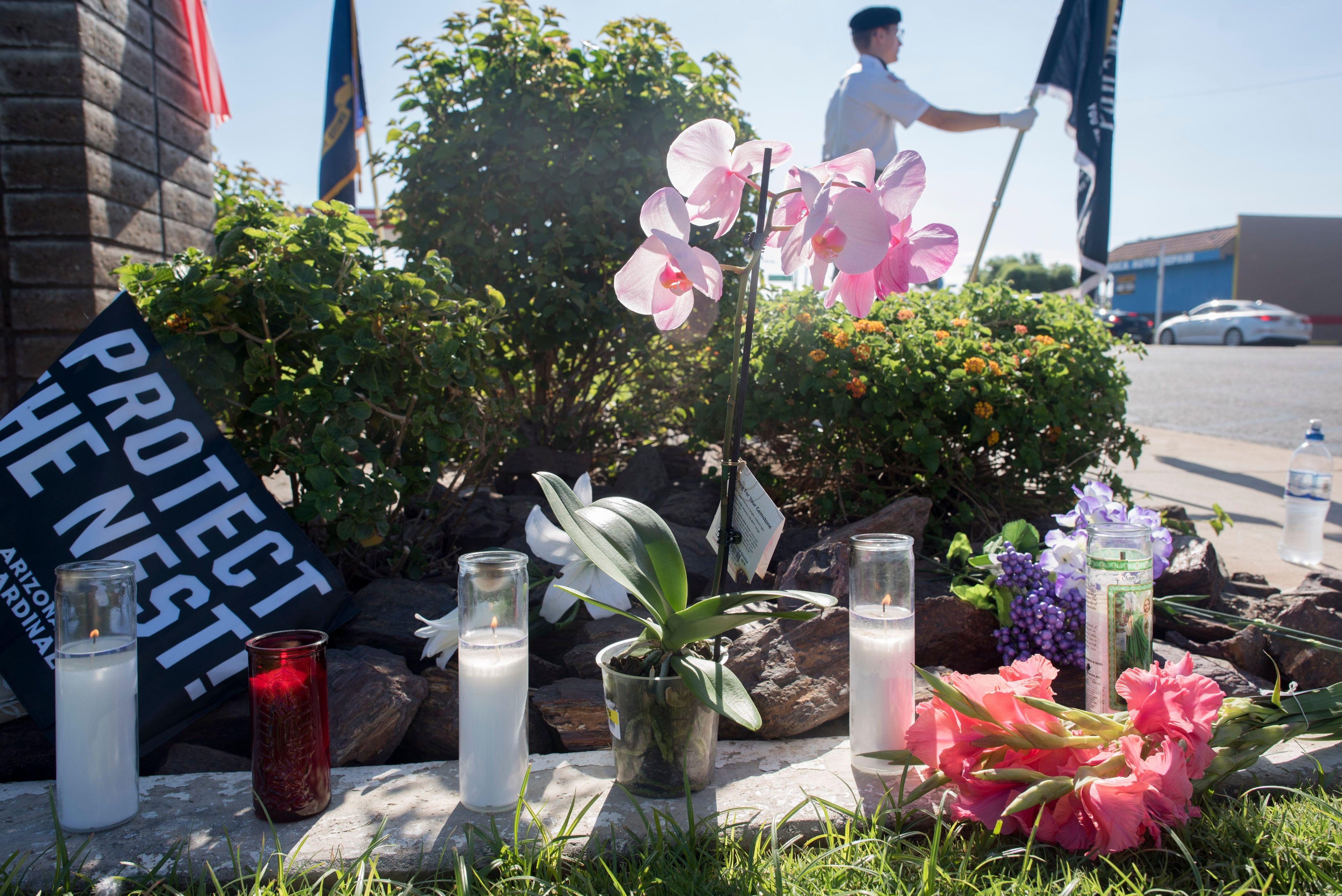 بالشموع والورود الأمريكيون يودعون ماكين