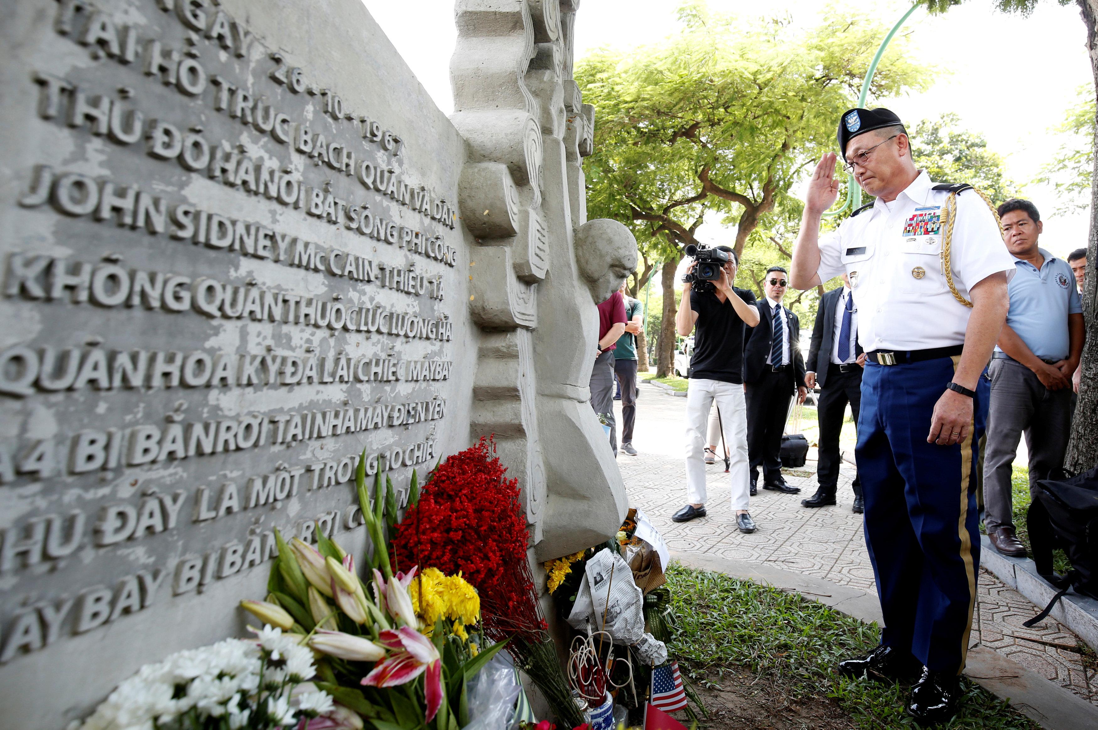 الملحق العسكرى الأمريكى يؤدى التحية العسكرية تكريما لماكين