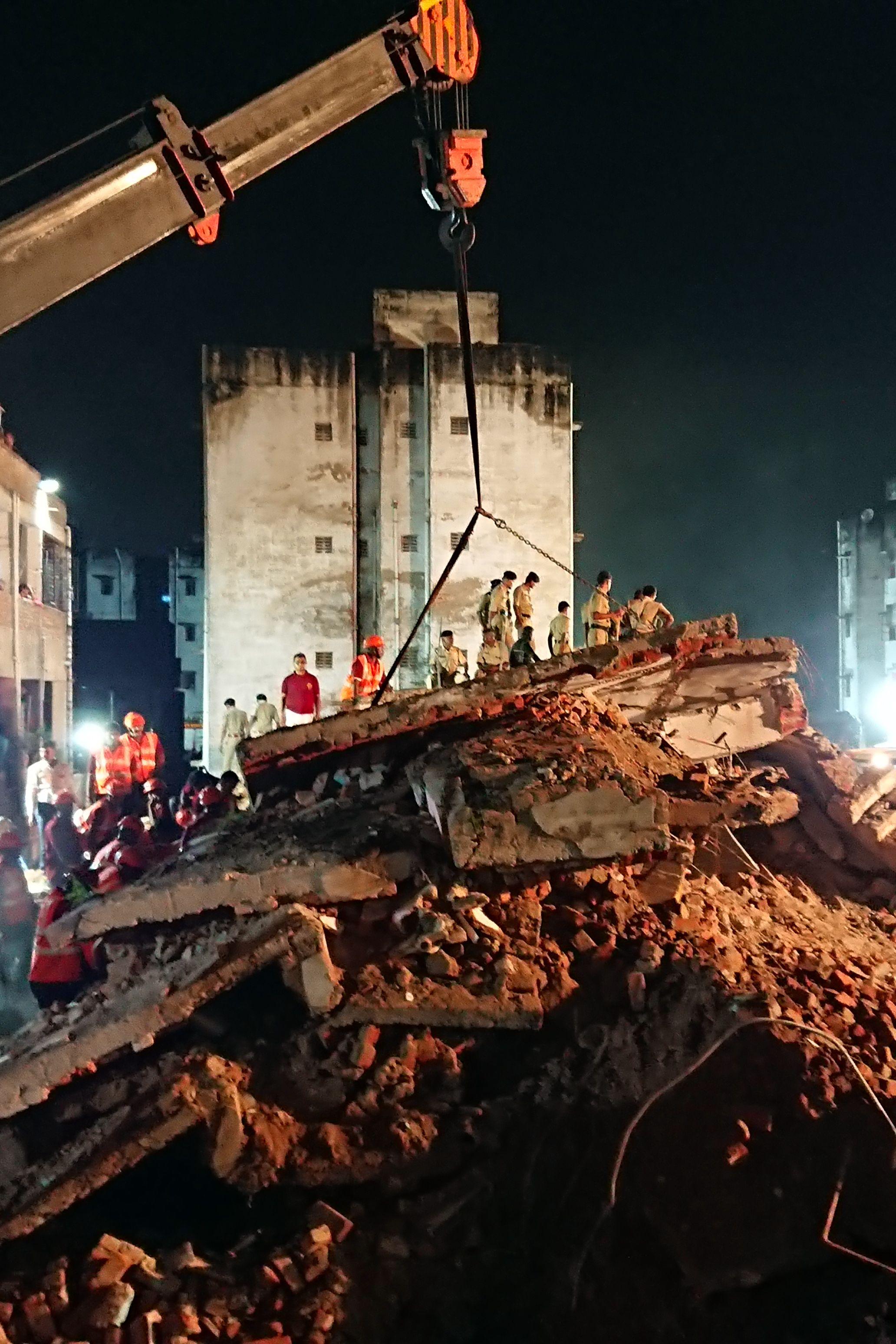 انهيار مبنى سكنى