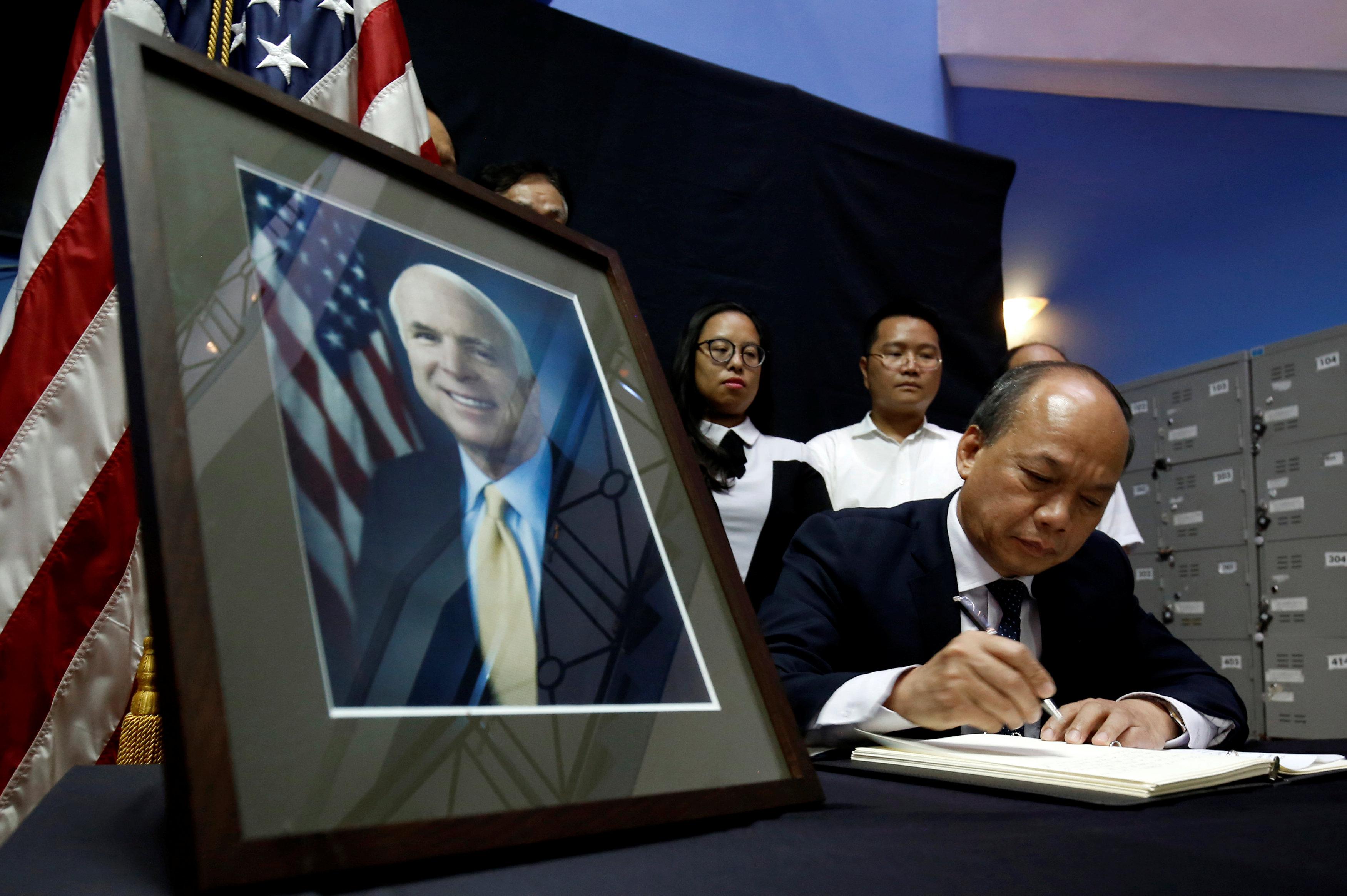 دفتر عزاء فى السفارة الأمريكية فى فيتنام