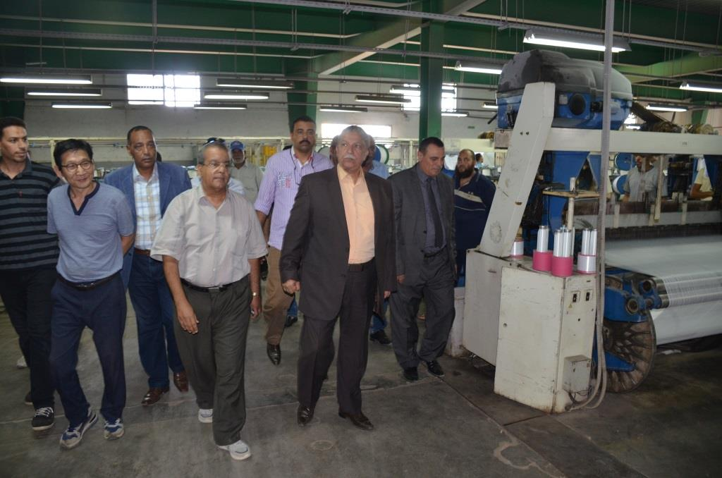 محافظ الإسماعيلية يتفقد أحد مشروعات الغزل والنسيج  بالمنطقة الصناعية (9)