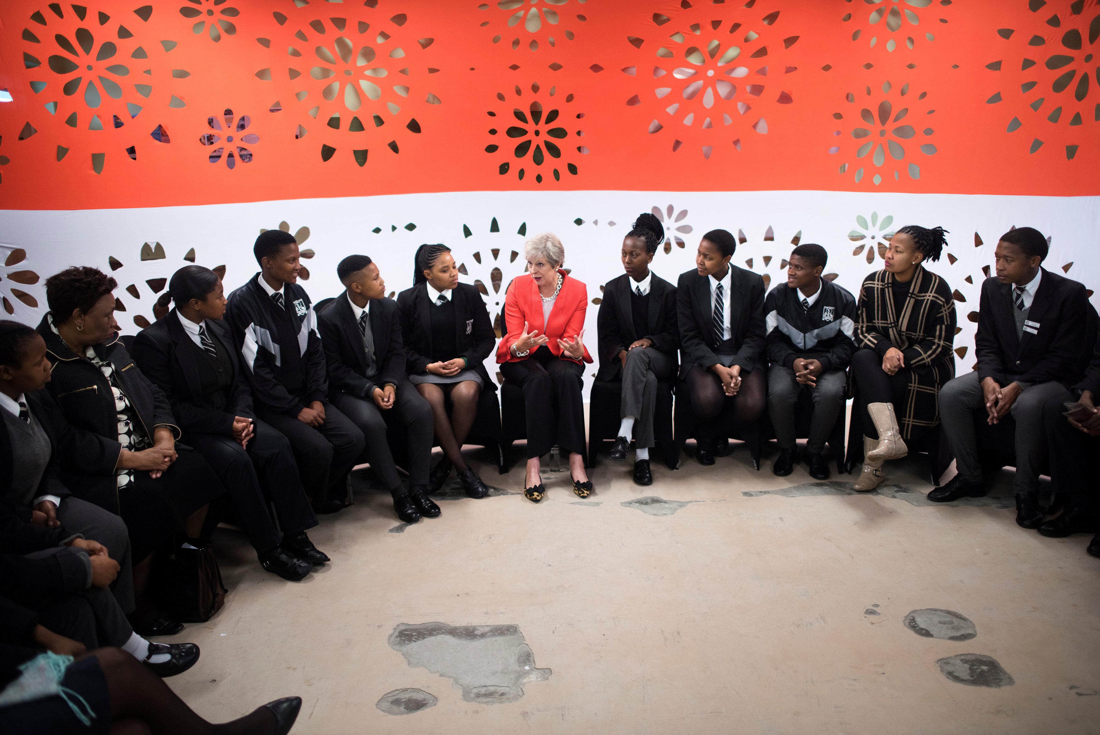 تيريزا ماى مع الطلاب