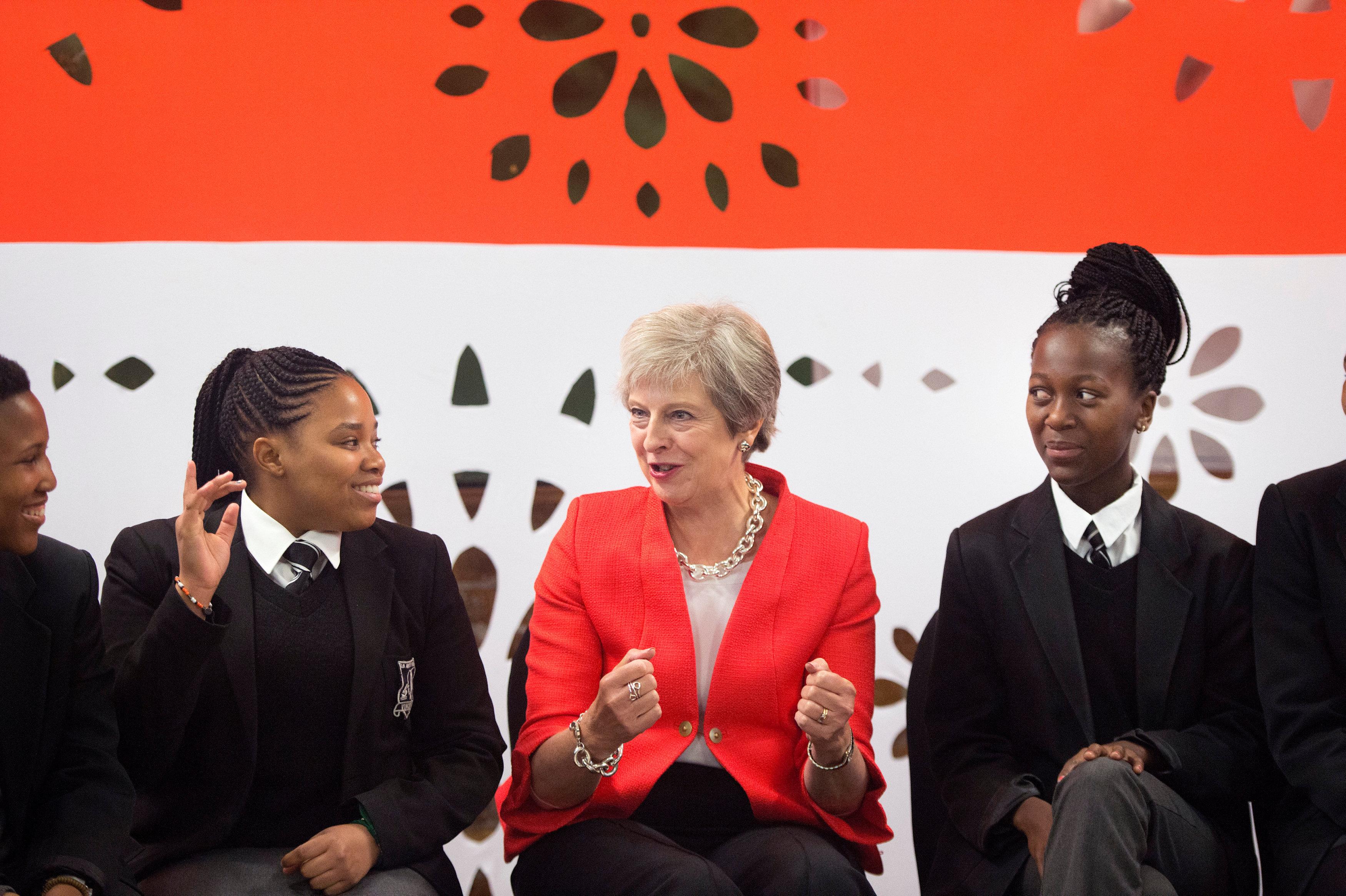 ماى تتحدث مع طلاب المدرسة