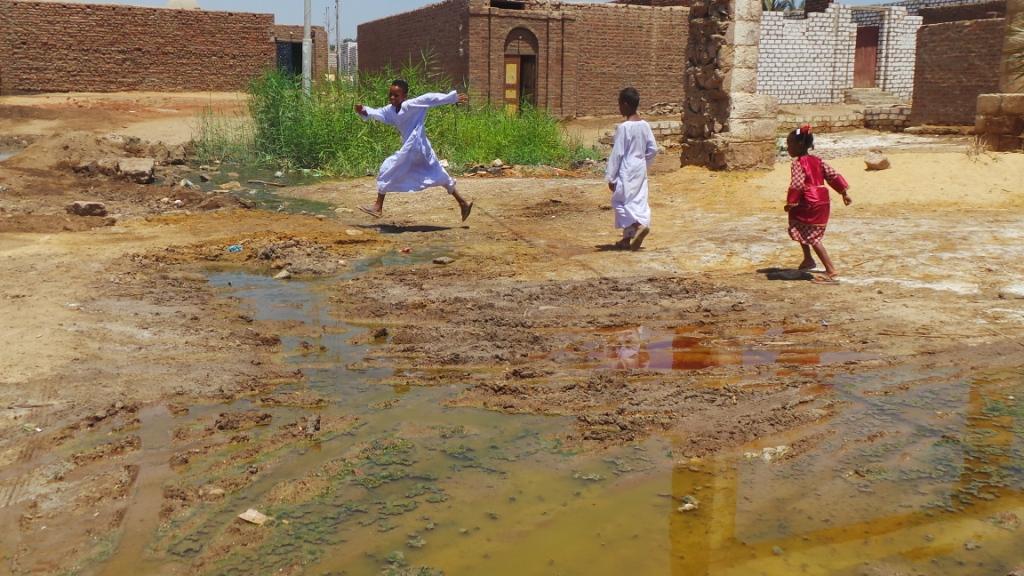 الأطفال يلعبون أمام المياه