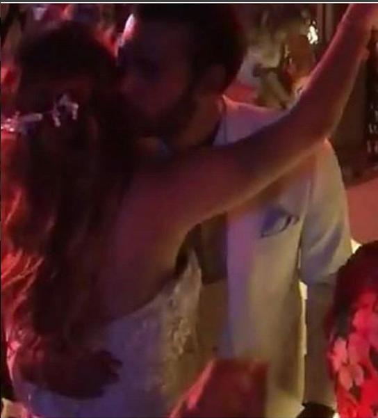 محمد إمام يقبل عروسته