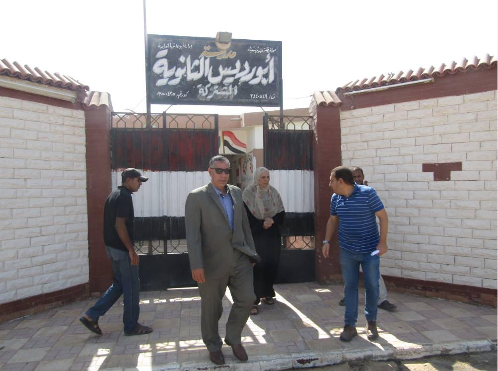 رئيس مدينة أبورديس أثناء تفقد المدارس المدينة