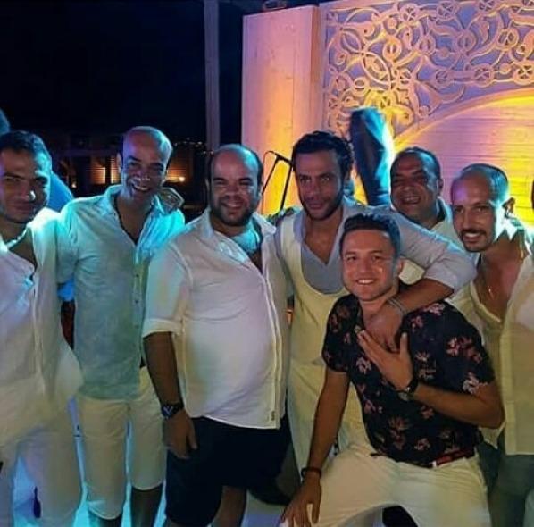 صورة جماعية مع محمد عادل إمام خلال حفل زفافه