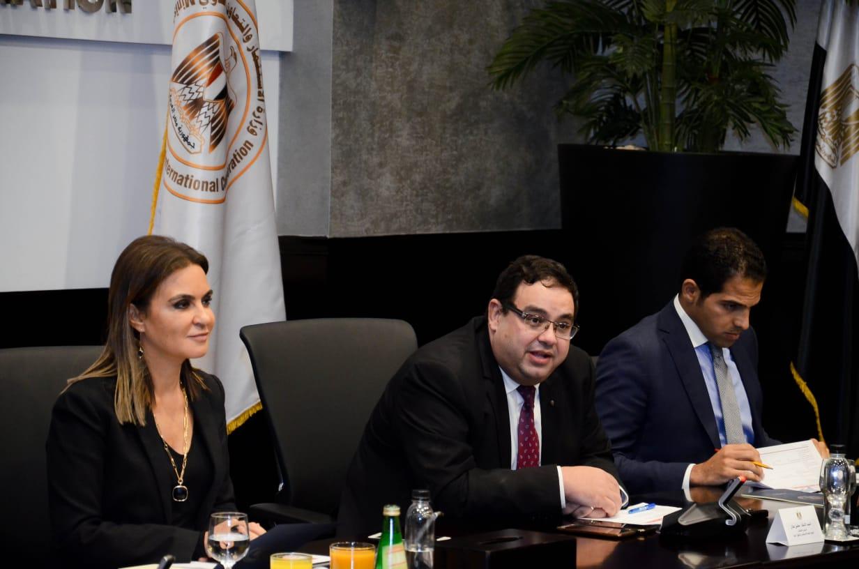 محسن عادل وسحر نصر خلال الاجتماع مع المستثمرين